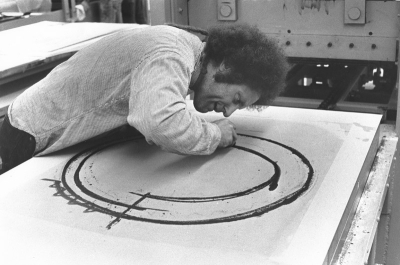 Richard Serra drawing on a lithographic plate, Gemini G.E.L., Los Angeles, 1972, photograph by Daniel Freeman